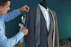 Potomstwa dostosowywaj? bra? pomiary kurtka na mannequin w atelier fotografia stock