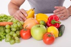 Potomstwa dostosowywali faceta jedzą zdrowego jedzenie Zdjęcia Royalty Free