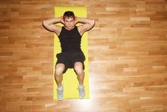 Potomstwa dostosowywali faceta robi ćwiczeniu w gym Zdjęcie Royalty Free