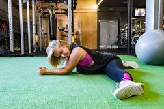 Potomstwa dostosowywali kobiety przy gym robi rozszczepionemu ćwiczeniu kobieta sportowcy, zdjęcie stock