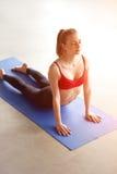Potomstwa dostosowywali kobiety robi joga ćwiczeniu Bhujangasana zdjęcie stock