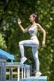 Potomstwa dostosowywali pięknej dziewczyny przedstawia działającą postać na schodki zdjęcia stock