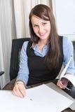 Potomstwa dosyć uśmiecha się biznesowej kobiety Zdjęcie Royalty Free