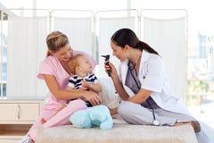 potomstwa dziecko TARGET1044_0_ lekarki Obrazy Stock