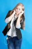 potomstwa dziewczyna portret słuchający muzyczny Fotografia Royalty Free