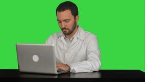 Potomstwa fabrykują myślącego pomysł z laptopem dalej zdjęcie wideo