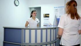 Potomstwa fabrykują Opowiadać z pacjentem przy Szpitalnym Recepcyjnym biurkiem zbiory