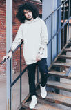 Potomstwa fashionably ubierali mężczyzna w chłodno stroju pozuje na metalu schody Zdjęcia Royalty Free