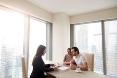 Potomstwa i agenta nieruchomości kierownik dyskutuje kontrakt a dobierają się Fotografia Stock