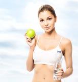 Potomstwa i dysponowana kobieta trzyma zielonego jabłka Obrazy Stock