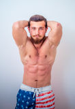 Potomstwa i dysponowany samiec model pozuje jego mięśnie Fotografia Royalty Free