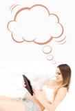 Potomstwa i kobieta w ciąży trzyma pastylkę komputerowa w łóżku Fotografia Royalty Free