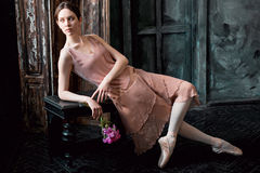 Potomstwa i niesamowicie piękna balerina pozują w czarnym studiu zdjęcie royalty free