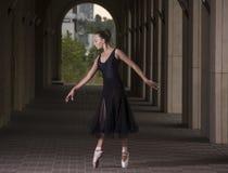 Potomstwa i niesamowicie piękna balerina są pozujący o i tanczący zdjęcia stock