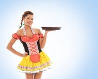 Potomstwa i piękna bavarian dziewczyna trzyma talerza zdjęcia stock