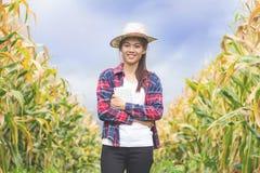 Potomstwa i piękny rolnik szczęśliwie one uśmiechają się w jego kukurudza ogródzie zdjęcia stock