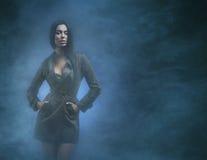 Potomstwa i seksowna brunetki kobieta na mgłowym tle Obrazy Royalty Free