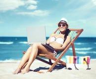 Potomstwa i seksowna dziewczyna relaksuje na plaży w białym swimsuit, piękni, Podróżować, kurort, wakacje, pojęcie Fotografia Royalty Free