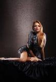 Potomstwa i seksowna rudzielec kobieta w erotycznym futerku Obrazy Royalty Free