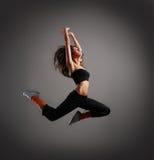 Potomstwa i skok brunetki kobieta w skoku Zdjęcia Royalty Free
