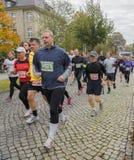 Potomstwa i starego człowieka maraton Magdeburski, oktober 2015 Zdjęcie Royalty Free