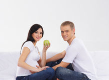 Potomstwa i szczęśliwy cpuple czekanie dla dziecka Fotografia Stock