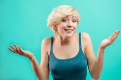 Potomstwa intrygujący kobiet wzruszeń ramion ramiona Wyrazu twarzy pojęcie obrazy stock