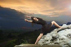 Potomstwa, kędzierzawy dancingowej dziewczyny taniec w górach Fotografia Royalty Free