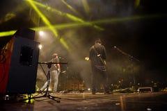 Potomstwa kołysają muzyka na scenie bawić się gitarę zdjęcie stock