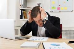 Potomstwa koncentrowali biznesmena z laptopem w nowożytnym białym biurze zdjęcie royalty free