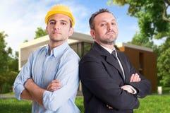 Potomstwa konstruują i entepreneur przed domem zdjęcia royalty free