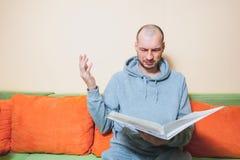 Potomstwa lub wieka średniego chory mężczyzna czyta studenta medycynego w przypadkowych ubraniach wynikają na papierach od jego l zdjęcia royalty free