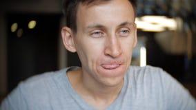 Potomstwa mężczyzna je hamburger w kawiarni w czarnych rękawiczkach zdjęcie wideo