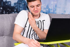 Potomstwa męczyli męskiego działanie na laptopie robi jego biznesowi Obraz Royalty Free