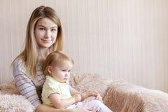 Potomstwa macierzy?ci i jej c?rki dziecko w karle obraz stock