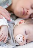 Potomstwa macierzyści i jej dziewczynki dosypianie w łóżku Obraz Royalty Free