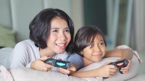 Potomstwa matka i córka bawić się wideo grę zbiory