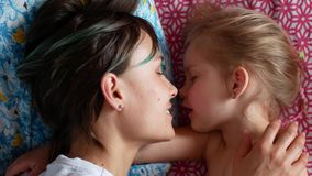 Potomstwa matka i córka ma zabawę w sypialni, 4k zwolnionego tempa klamerka zdjęcie wideo