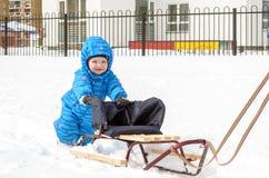 Potomstwa matka i chłopiec cieszy się sanie przejażdżkę Dziecka sledding Berbecia dzieciaka jazdy saneczki Dziecko sztuka outdoor obrazy royalty free
