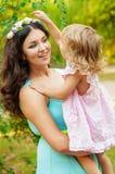 Potomstwa matki i małej dziewczynki ono uśmiecha się Fotografia Royalty Free