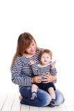 Potomstwa matkują bawić się z jej małą córką Zdjęcia Stock