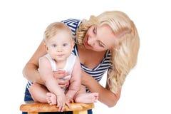 Potomstwa matkują bawić się z jej małym synem Zdjęcia Stock