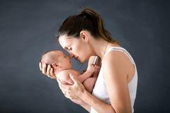 Potomstwa matkują, całujący jej nowonarodzonej chłopiec i ściskający Obraz Royalty Free