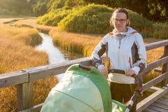 Potomstwa matkują cieszyć się przespacerowanie w naturze z jej dzieckiem zdjęcie stock