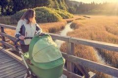 Potomstwa matkują cieszyć się przespacerowanie w naturze z jej dzieckiem obraz stock