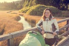 Potomstwa matkują cieszyć się przespacerowanie w naturze z jej dzieckiem obraz royalty free