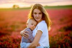 Potomstwa matkują i dbają jej berbecia baba, obejmujący z czułością Zdjęcie Stock