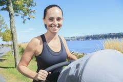 Potomstwa matkują jogging z dziecko powozikiem Obraz Royalty Free