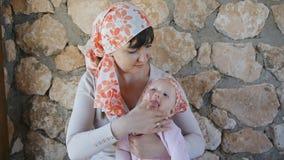 Potomstwa matkują kładzenia sunblock śmietankę na jej dziecku zdjęcie wideo
