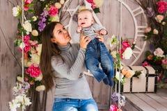 Potomstwa matkują kobiety przytulenia w ona i mienia ręki dziecka dziecka dzieciaka chłopiec smilling śmiać się Zdjęcie Stock